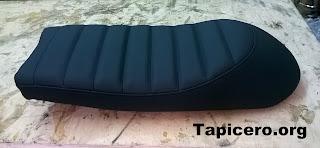 Asiento de moto con tapizado negro mate acolchado