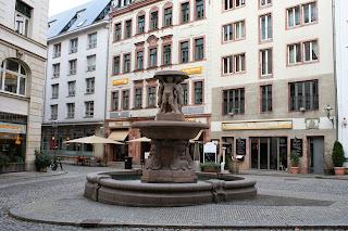 Der Lipsia Brunnen steht vor dem gleichnamigen Lipsia-Haus in der Mitte von Fleischergasse/Barfußgässchen sowie Klostergasse