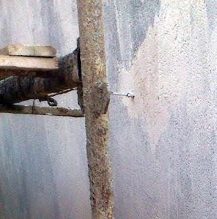 """פני ביצוע השליכט יש לבצע הוצאה של הברגים מהקירות , לתקן ול""""השעין"""" אותם בעדינות על הקיר כדי שביצוע השליכט ייראה ללא תיקונים.  כל תיקון על שליכט לאחר ביצועו רואים אותו!  יש להרטיב קירות לפני ביצוע יסוד .  אין להרטיב את השליכט במשך שלושה ימים לאחר ביצועו , ייבוש מלא של השליכט לוקח 21 יום."""