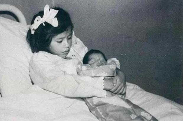 Cô bé 5 tuổi trở thành người mẹ trẻ tuổi nhất thế giới và người bố bí ẩn lộ diện?