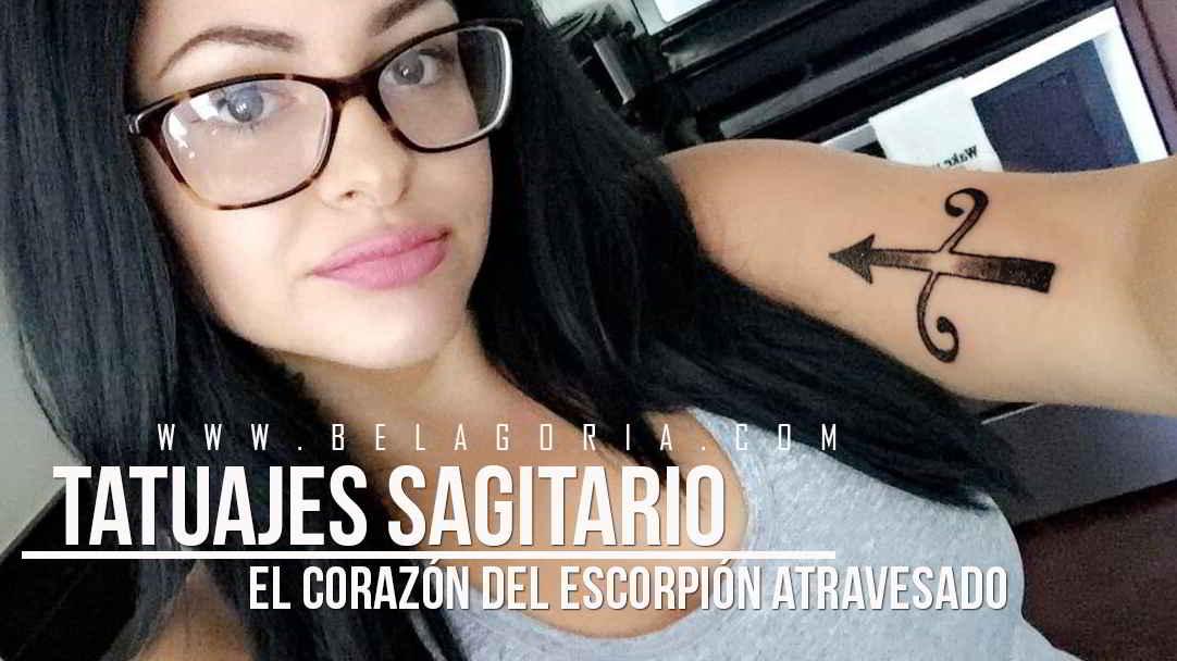 Simpática foto de una joven mostrando su tatuaje de sagitario