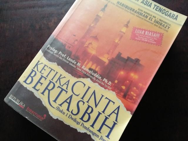 "Resensi Novel ""Ketika Cinta Bertasbih – Buku 1 Dwilogi Pembangun Jiwa"""