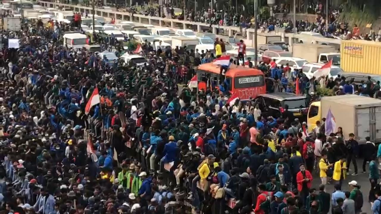 Media Mainstream Bungkam, Ini Penampakkan Puluhan Ribu Mahasiswa di Depan DPR