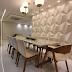 Sala de jantar contemporânea fendi e branca com detalhes dourados e parede 3D!