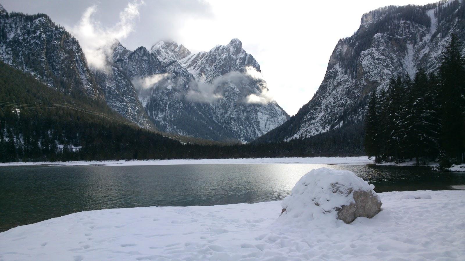 Lago em meio às montanhas nevadas: ilustra a seção a respeito dos textos das linhas de ''Sun / Diminuição'', um dos 64 hexagramas do I Ching, o Livro das Mutações