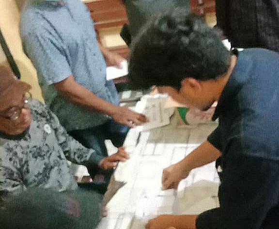 Jelang Pilkades Mumbu dan Madaprama, Polsek Woja Fasilitasi Pemeriksaan Surat Suara