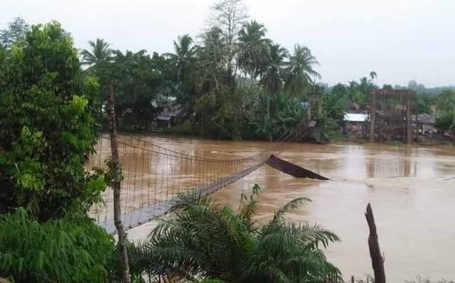 Jembatan Gantung Desa Karang Berahi Ambruk