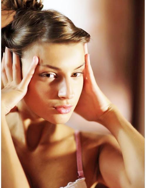 Эротака онлайн www.eroticaxxx.ru -Загнулась раком, чтобы показать симпатичную попку (18+ эро фотографии)
