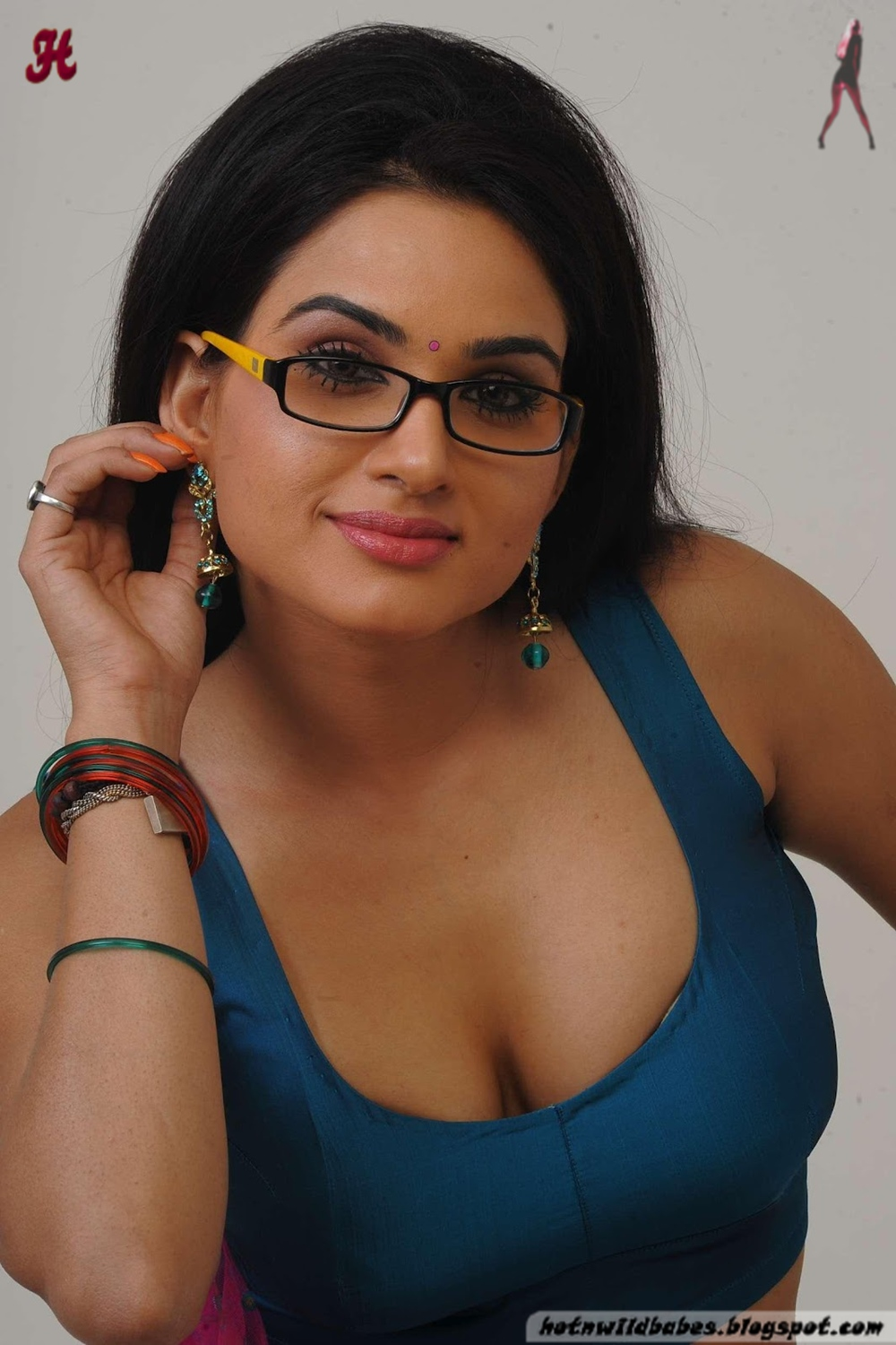 Oon Dot  Kavya Singh Boobs Exposed In A Palluless Blouse-9985