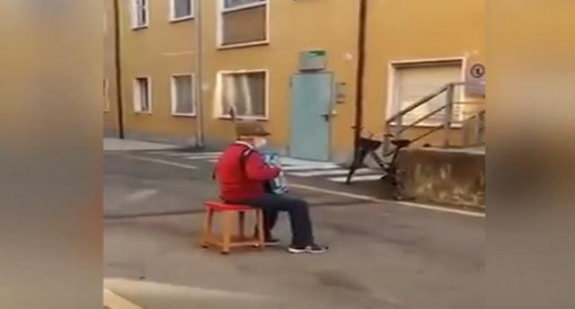 Συγκινητικό: Καντάδα 80χρονου στη γυναίκα του που νοσηλεύεται στο νοσοκομείο (βίντεο)