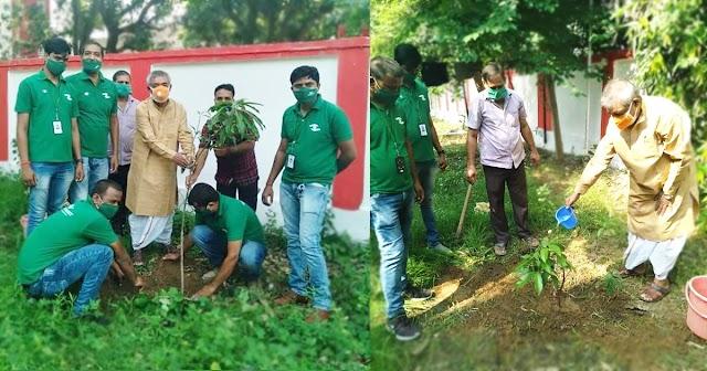 पटना स्थित सरकारी आवास में विधायक विनोद नारायण झा ने किया वृक्षारोपण