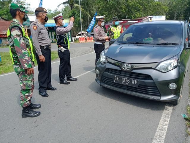 Dijalan Lintas Simapang Dolok Maringgir Personel Jajaran Kodim 0207/Simalungun Laksanakan Ops PPKM Level 4