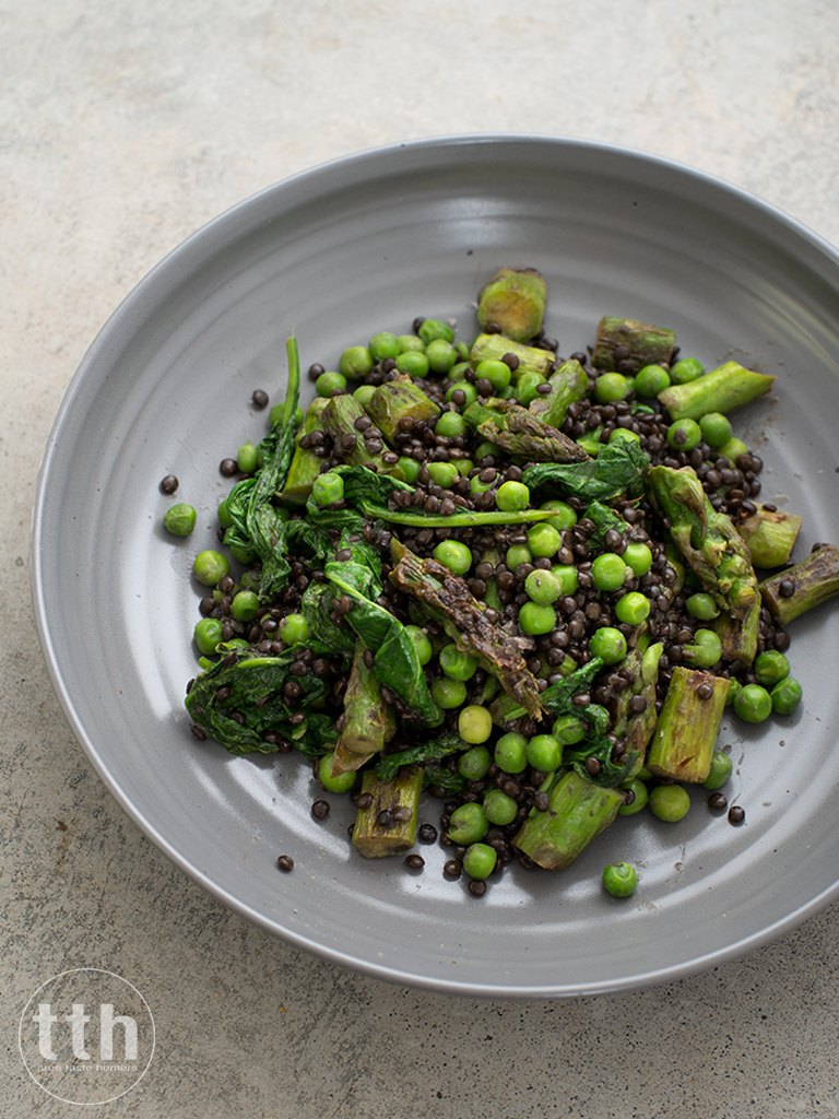 Czarna soczewica z zielonymi szparagami, szpinakiem i  groszkiem weganskie, bezglutenowe