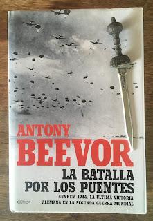 Portada del libro La batalla por los puentes, de Antony Beevor