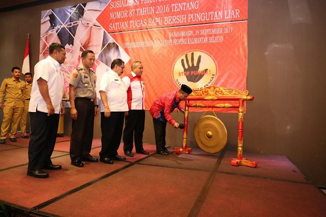 SOSIALISASI - Gubernur Kalimantan Selatan, H Sahbirin Noor memukul gong sebagai tanda  dimulainya secara resmi Sosialisasi Perpres No 87 Tahun 2016 tentang Satuan Tugas Sapu Bersih Pungutan Liar,  di Hotel Novotel Banjarbaru, Selasa (19/9/2017).