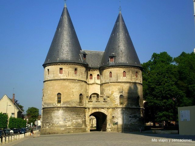 Puerta del antiguo Palacio Episcopal, Beauvais, Francia