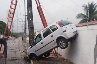 Carro fica preso entre poste e muro após acidente na Paraíba