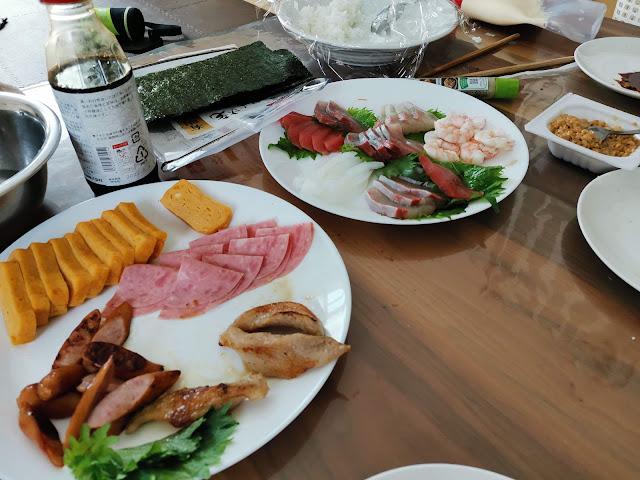 ウインナーやハム、豚トロ等を準備してチラシ寿司に近い形での寿司パーティーを準備