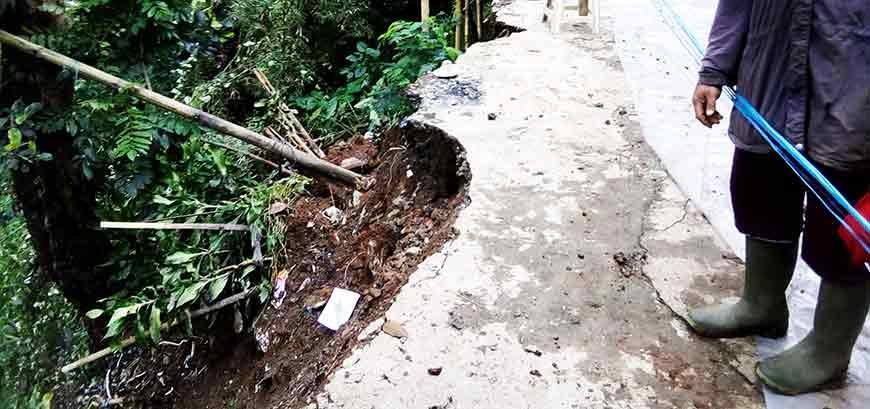 Foto Kondisi Gerakan Tanah (longsor) di Kampung Ceger RW 12 Desa Ciburial
