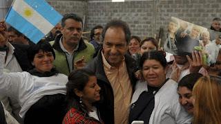 """A dos días de contar que será padre y ser acusado de pedir un aborto, el exgobernador sale a """"ganar la calle"""" en Tres de Febrero y San Martín."""