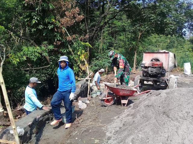 Babinsa Koramil Jatinom Karya Bakti Bangun Talud Jalan Desa