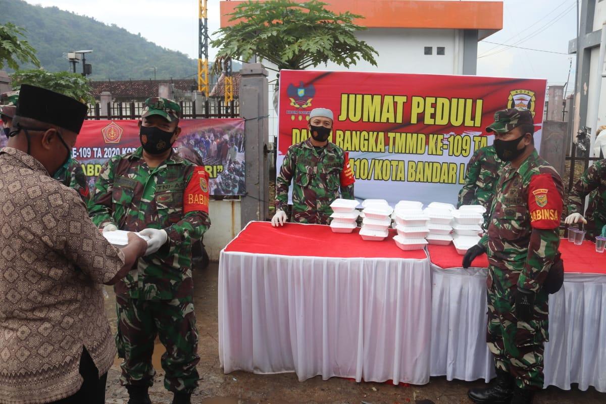 Dalam rangka Tentara Manunggal Masuk Desa (TMMD) Ke - 109 tahun 2020, Kodim 0410/KBL melaksanakan Jum'at Peduli di Masjid Darul Iman