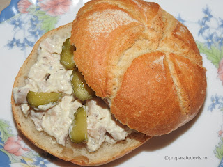 Salata din piept de pui cu maioneza sandwich reteta rapida de casa servita cu usturoi castraveti chifle mancare aperitive antreu retete salate carne,