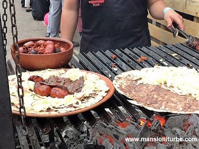Tlayudas de Oaxaca con Chorizo y Tasajo, en  Comali Fetival de la Cocina Mexicana