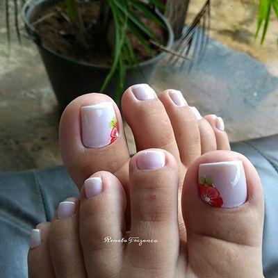 unhas dos pés decoradas com esmalte branco e flor
