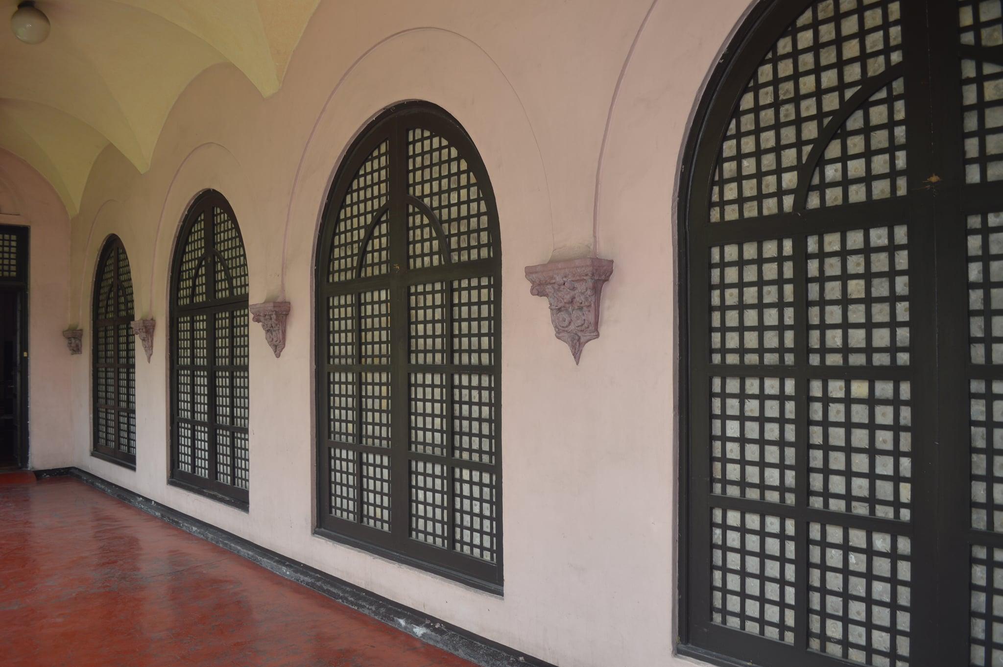 Gota de Leche's extant capis windows