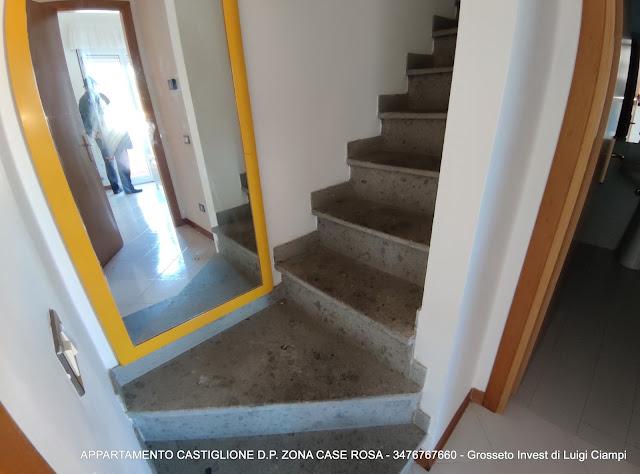 Castiglione-della-Pescaia, case rosa, vano scale del trilocale in vendita