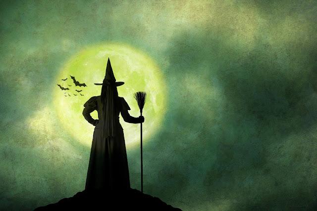 ساحرة في ليلة سوداء بعيد الهالوين ورائها القمر والخفافيش تطير 31 أكتوبر