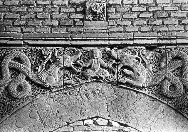 Płaskorzeźba portalu bramnego w Bagdadzie, przedstawiający herosa walczcącego ze smokami