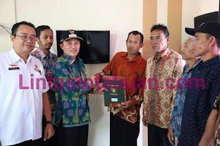 Parosil Mabsus Serahkan Sertifikat Tanah PTSL Tahun 2019 di Pekon Suka Pura Kecamatan Sumberjaya