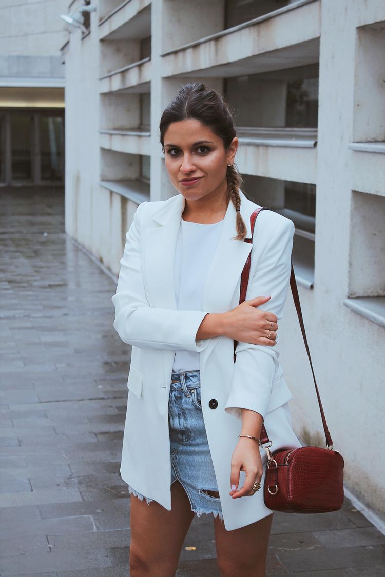 outfit con blazer blanca y falda vaquera