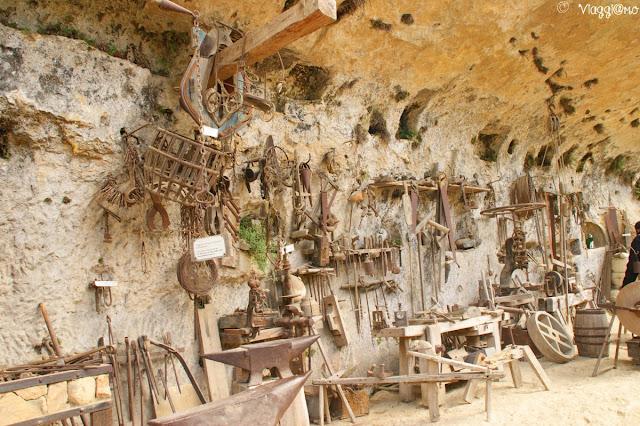 Gli attrezzi da lavoro della casa monolitica alla Grotte du Roc de Cazelle