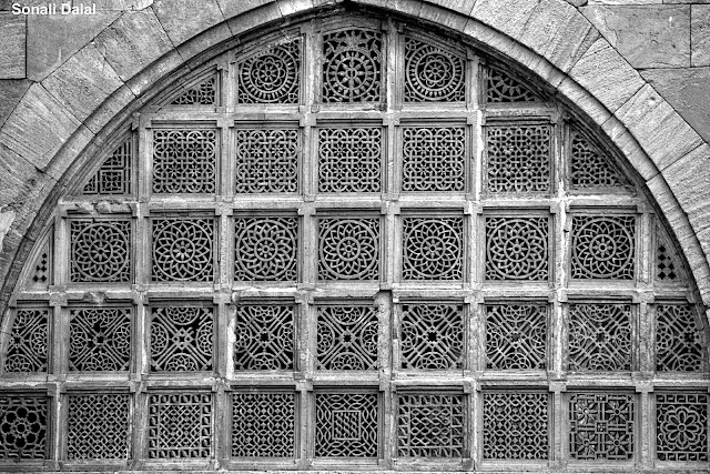 filigree work in stone at sidi saiyyed mosque ahmedabad
