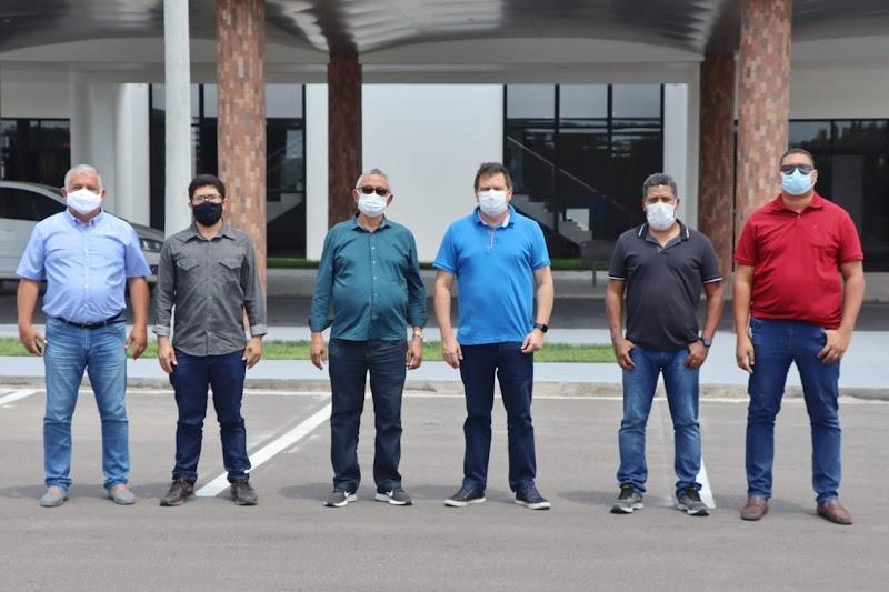 Secretário de Estado Simplício Araújo vistoria obras de construção de cerca do aeroporto de Barreirinhas