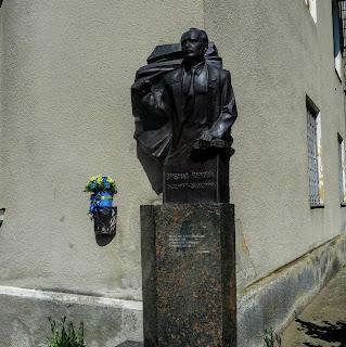 Калуш. Палац культури «Мінерал». Пам'ятний знак В'ячеславу Чорноволу