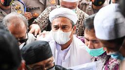 Usai Diperiksa, Rizieq Shihab Langsung Mengenakan Baju Tahanan
