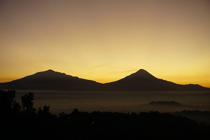 Gunung Merapi dan Gunung Merbabu terlihat indah