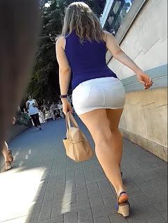 Rubia pequeña mini falda piernas sexys cola redonda