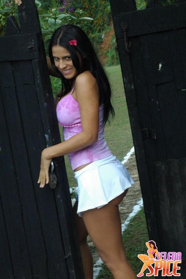 Andrea Rincon, Selena Spice Galeria 8 : Minifalda Blanca Y Tanga Rosatransparente