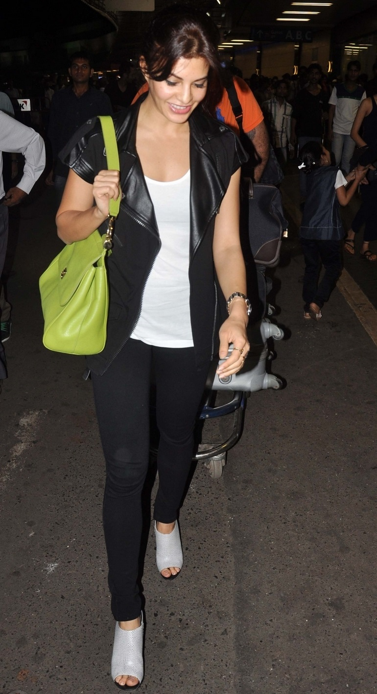 Model Jacqueline Fernandez Without Makeup Face In Airport