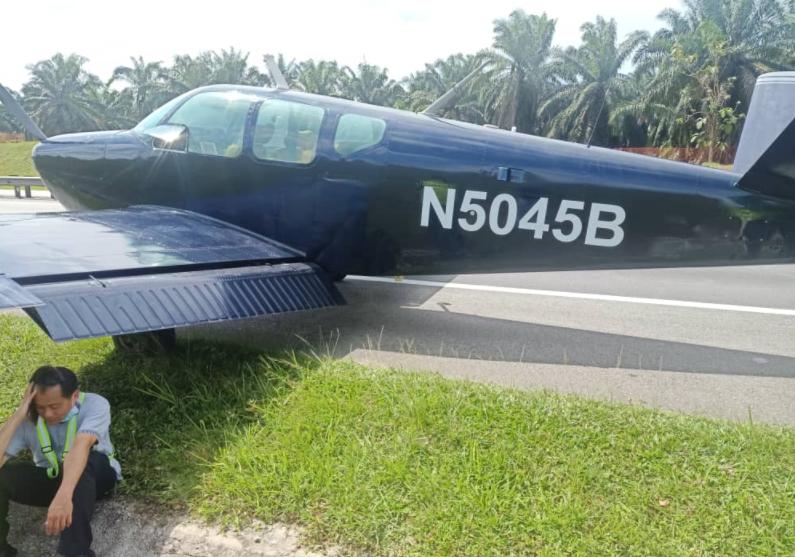 Pesawat ringan buat pendaratan cemas di lebuhraya