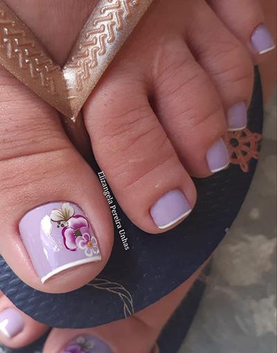 unhas dos pés com flores