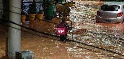 Trabalhador do iFood no meio da enchente
