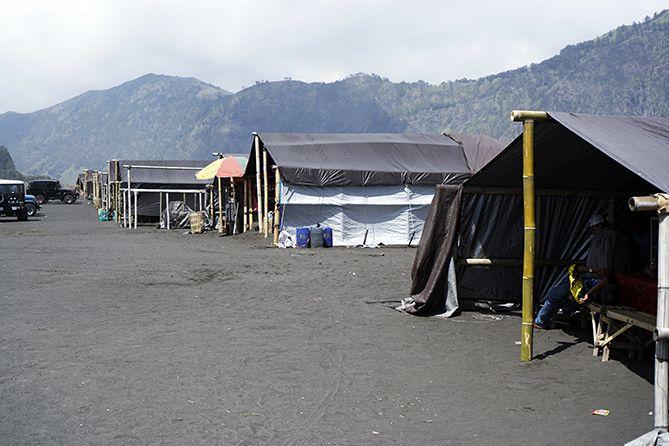 Deretan warung di parkiran Trekking Kawah Bromo