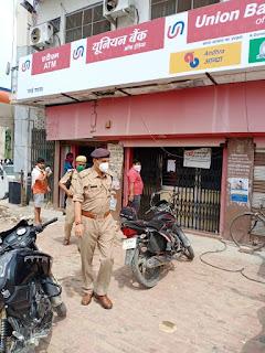 उरई में बैंक चेकिंग के दौरान संदिग्ध व्यक्तियों/वाहनों की चेकिंग कर सोशल डिस्टेंसिंग हेतु निर्देशित किया         उरई जनपद जालौन उत्तर प्रदेश   आज दिनांक 29.06.2020 को पुलिस अधीक्षक जालौन डॉ0 सतीश कुमार के निर्देशन में अपर पुलिस अधीक्षक जालौन डॉ0 अवधेश सिंह द्वारा नगर उरई में बैंक चेकिंग की गयी,चैकिंग के दौरान CCTV कैमरा/इमरजेंसी अलार्म व बैंक के अन्दर/बाहर संदिग्ध व्यक्तियों/वाहनों की चेकिंग कर सोशल डिस्टेंसिंग बनाए रखने हेतु निर्देशित किया गया।                                                                                                                                                         संवाददाता, Journalist Anil Prabhakar.                                                                                               www.upviral24.in