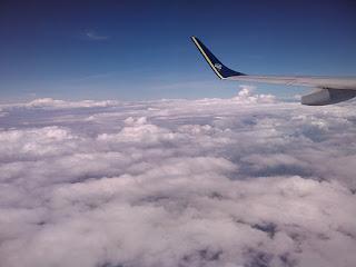 foto mostra nuvens e um avião em pleno voo